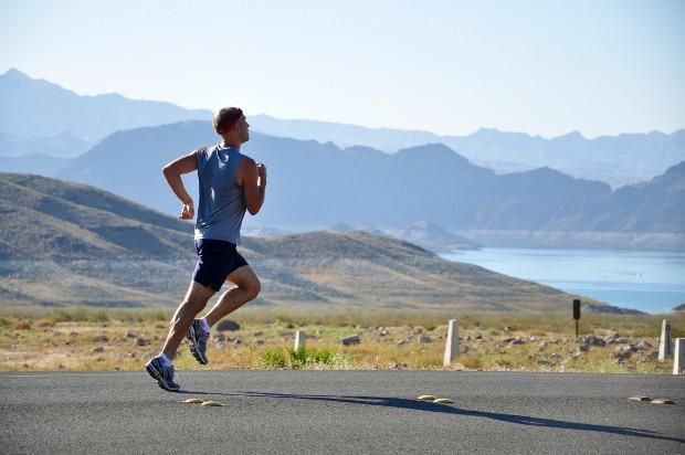 homem correndo paisagem atividade física saúde