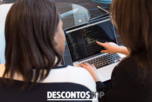 duas mulherer olhando o código fonte em um notebook