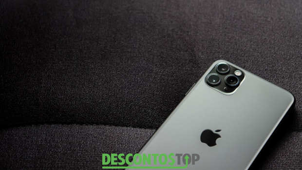 iphone 11 em cima de tecido preto