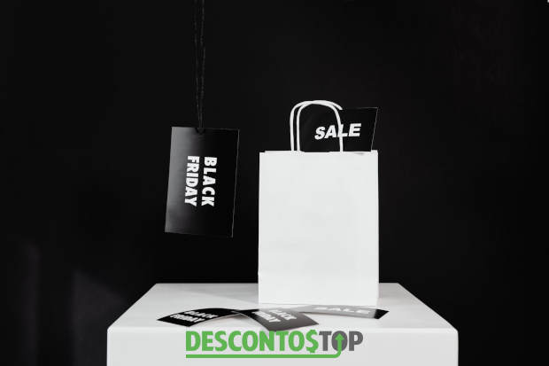 sacola com etiquetas de sale e black friday