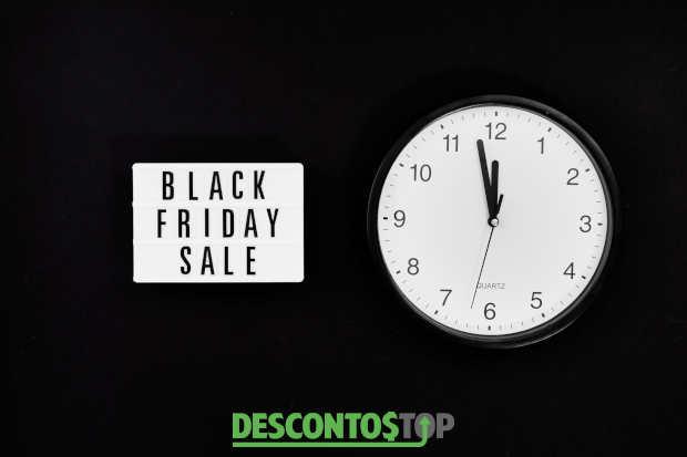 relógio e letreiro indicando quando é a black friday