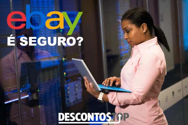 mulher com um notebook em um data center